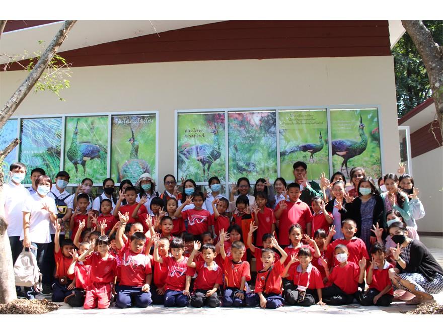 """วันที่ 10 พฤศจิกายน 2563 คณะครูและนักเรียนโรงเรียนบ้านร้องเชียงแรง อ.ภูซาง จ.พะเยา นำนักเรียนชั้นประถมศึกษาชั้นปีที่1-3 จำนวน 53 คน  เข้าเยี่ยมชมพิพิธภัณฑ์ธรรมชาติทางชีววิทยา นิทรรศการ """"นกยูงไทยแห่งล้านนาตะวันออก"""" คณะวิทยาศาสตร์ มหาวิทยาลัยพะเยา"""
